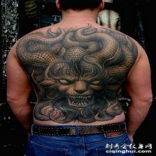 背部难以置信的3D邪恶怪物与牛角纹身图案