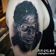 手臂黑白的恐怖怪物肖像纹身图案