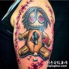 手臂有趣的3D彩色巫毒娃娃纹身图案