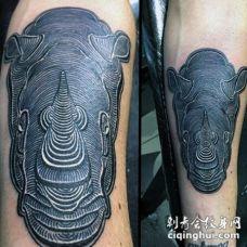 手臂雕刻风格黑色的3D犀牛纹身图案