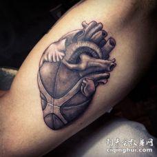 3D雕刻风格的人类心脏与篮球纹身图案