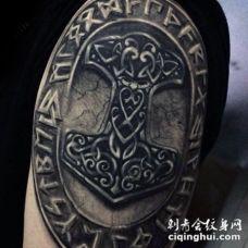 手臂3D风格的彩色凯尔特标志纹身图案