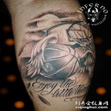 小腿黑白3D翅膀和字母篮球纹身图案