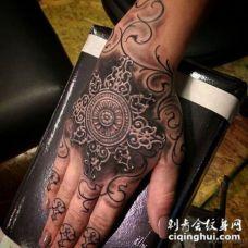 手背3D风格黑白装饰花卉纹身图案