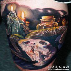 大腿3D彩色的山羊头骨蜡烛和瓶子纹身图案