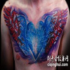 男性胸部3D风格的彩色闪亮心形与翅膀纹身图案