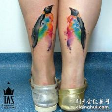 小腿泼墨企鹅彩绘纹身图案