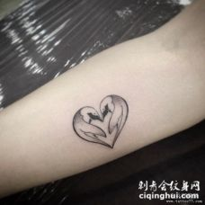 小臂天鹅心形小清新纹身图案