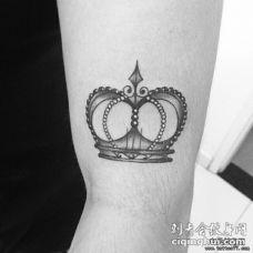 大臂皇冠黑灰纹身图案