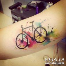 大臂自行车泼墨彩色纹身图案