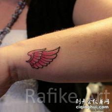 手腕彩色小清新翅膀纹身图案