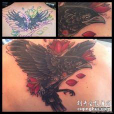 背部乌鸦花朵遮盖纹身图案