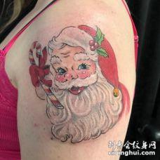 圣诞纹身 男生大臂上彩色的圣诞老人纹身图片