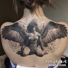 女生欧美背部天使纹身图案