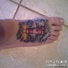 欧美风脚背灯塔海浪纹身图案