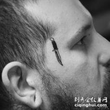 男士脸部小清新匕首纹身图案