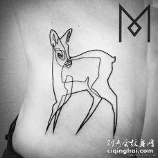侧腰极简线条鹿纹身图案