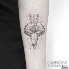 小臂羚羊头骨花朵和草纹身图案