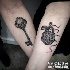 情侣小臂钥匙和锁纹身图案