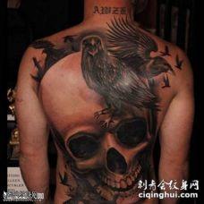 背部骷髅和一群乌鸦纹身图案