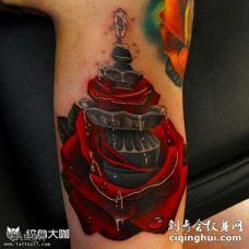 腿部逼真红玫瑰和喷水池纹身图案
