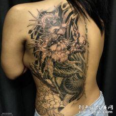 背部黑灰龙纹身图案