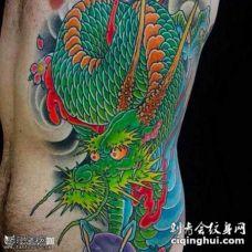 腰部霸气的绿龙纹身图案