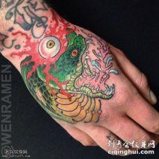手背蛇眼球纹身图案