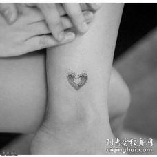 脚踝海浪组成的爱心纹身图案