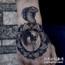 手背蛇和鹤梵花纹身图案