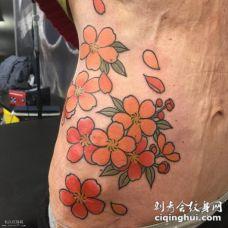 腹部彩色的樱花纹身图案