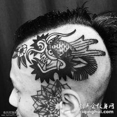 头部龙和耳朵上几何纹身图案