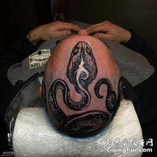 头部黑色恐怖的蛇纹身图案