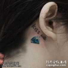 耳背一颗钻石字母纹身图案
