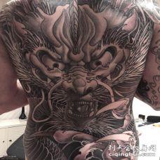 满背霸气的龙纹身图案