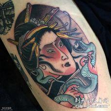 日式艺妓抓蛇纹身图案