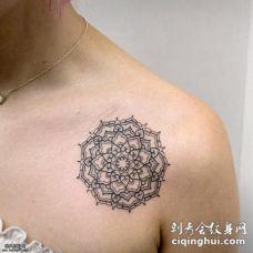 女性肩部精致的梵花纹身图案