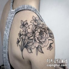 肩部盛开的牡丹花纹身图案