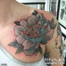 肩部个性的牡丹花蕊豹子头纹身图案