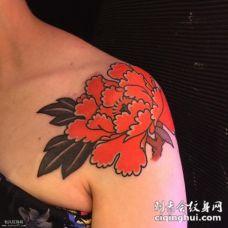 肩部女生红色牡丹花纹身图案