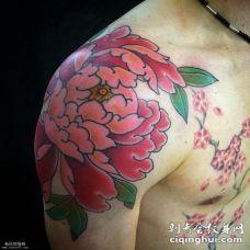 男性肩部牡丹花纹身图案