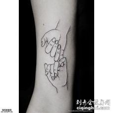 小臂黑色线条手纹身图案