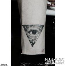 小臂上几何眼睛纹身图案