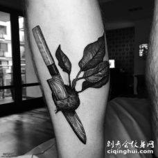 小臂匕首插萝卜纹身图案