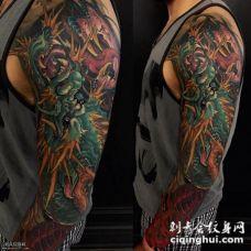 手臂上凶恶的龙纹身图案