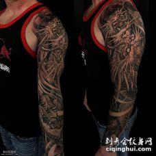 手臂上男士传统的龙纹身图案