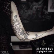 大臂黑色线条几何玫瑰花纹身图案