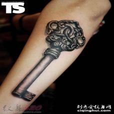 黑色素描创意个性古典钥匙和锁纹身图案