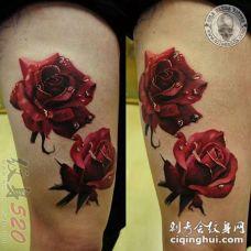 女生大腿上彩绘水彩3d唯美红玫瑰纹身图片
