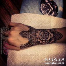女生手臂上黑色线条素描创意玫瑰手链纹身图片